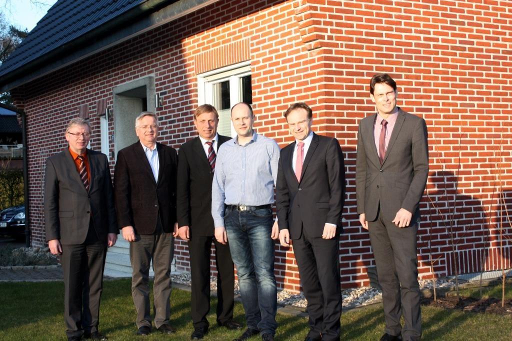 Vor einem sanierten Wohnhaus in Stadtlohn (v. li.): Dr. Heiner Kleinschneider, Thomas Venhorst, Christoph Bruns, Bernd Lesker, Landrat Dr. Kai Zwicker und Dr. Raoul G. Wild.