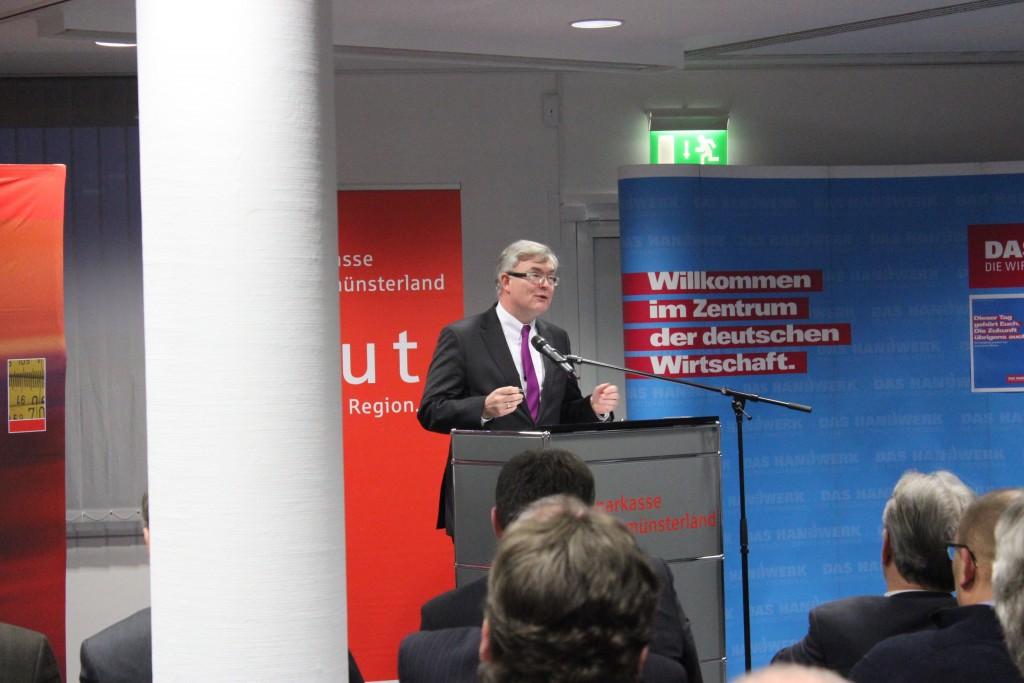 Jürgen Büngeler, Vorstandsmitglied der Sparkasse Westmünsterland gratulierte den Absolventen