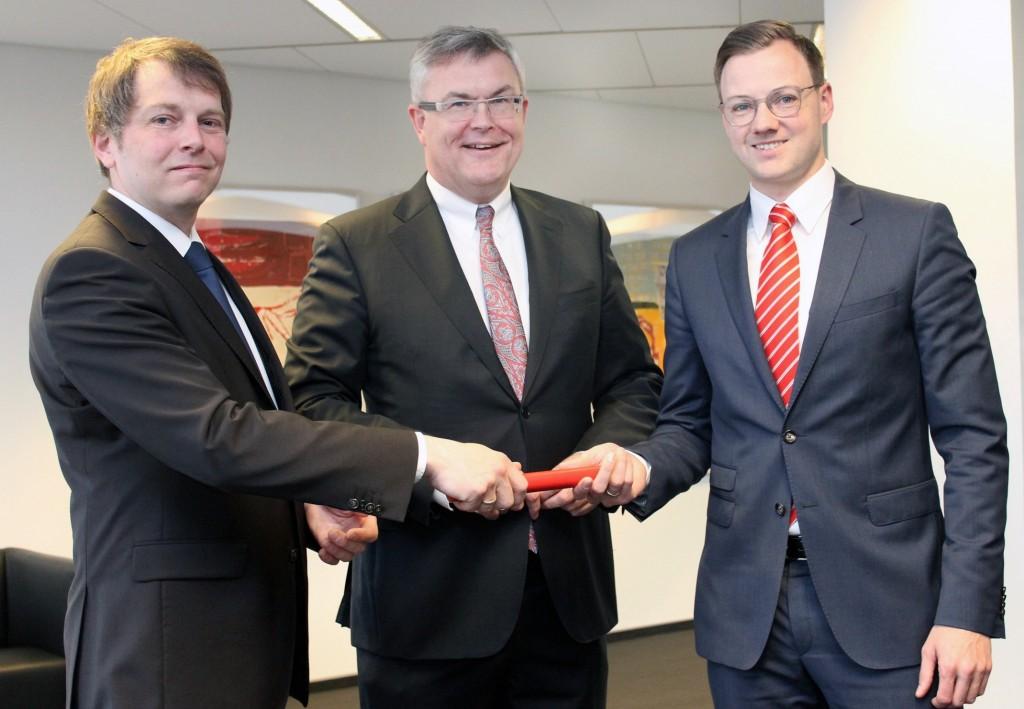 Neuer Leiter der Sparkasse in Nienborg ist Andre Könning. Er übernimmt die Aufgabe von Hendrik Vestert. Vorstandsmitglied Jürgen Büngeler gratuliert beiden zur neuen Aufgabe.