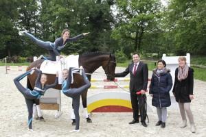 Nicht nur diese drei Mädchen freuen sich über den neuen Trainingspartner. Auch (v. r.) Mary Temminghoff (2. Vereinsvorsitzende), Maike Reuling (1. Vereinsvorsitzende) und Patrick Böing (Filialdirektor der Sparkasse Westmünsterland) sind begeistert von dem Tier
