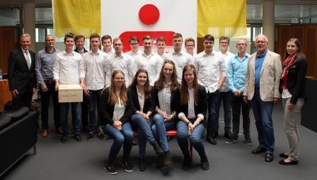 16 Schüler des Wirtschaftsgymnasiums Borken haben erfolgreich beim Deutschen Gründerpreis teilgenommen. Ihnen gratulieren Hubert Buß, Sparkassen- Regionaldirektor (l.) und Kundenbetreuerin Nicole Kemper (r.).