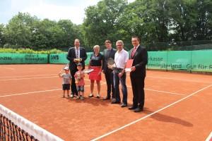 Freuen sich über die neuen Tennisplätze: (v. l.) Bürgermeister Manuel Deitert, Irmgard Schürmann (1. Vorsitzende TC Reken), Dr. Raoul G. Wild (Vorstandsmitglied Sparkasse Westmünsterland), Frank Fichtner (Sportwart) und Hendrik Hesterwerth (Filialdirektor Sparkasse Westmünsterland)