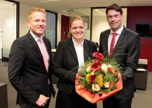 Neue Sparkassen-Filialdirektorin in Gescher ist Anne Trepmann. Vorgänger Thomas Rudde (li.) verantwortet als Bereichsdirektor das Privatkundengeschäft im Kreis Coesfeld. Beiden gratuliert Vorstandsmitglied Dr. Raoul G. Wild zur neuen Aufgabe.
