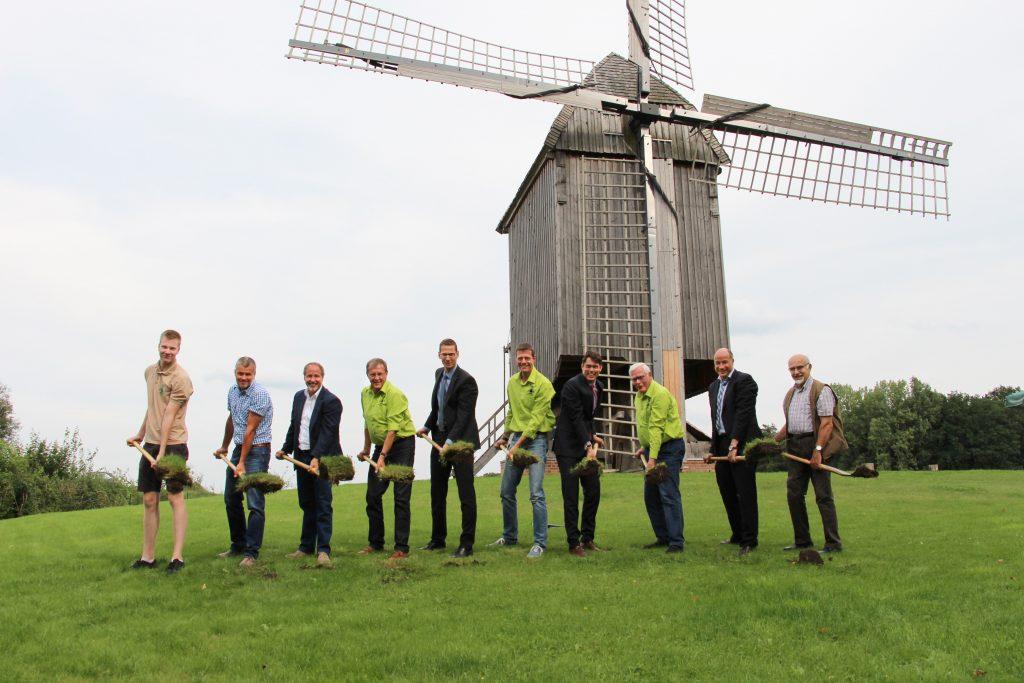 Erster Spatenstich mit den Unterstützern (v.l.) Elias Rottstegge (Müllerazubi), Andre Niehaus (Niehaus Garten- und Landschaftsbau), Roland Schulz (Architekt), Rainer Trepmann (Schriftführer), Edgar Ebbing (Sparkasse Westmünsterland), Christian Rottstegge (1. Vorsitzender), Dr. Raoul G. Wild (Sparkassen-Vorstandsmitglied), Paul Reining (2. Vorsitzender), Norbert Nießing (1. Beigeordneter und Kämmerer der Stadt Borken), Hubert Börger (1. stv. Bürgermeister der Stadt Borken).