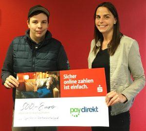 Marc Müller nimmt den Gewinn von Katja Ostendorf in Empfang
