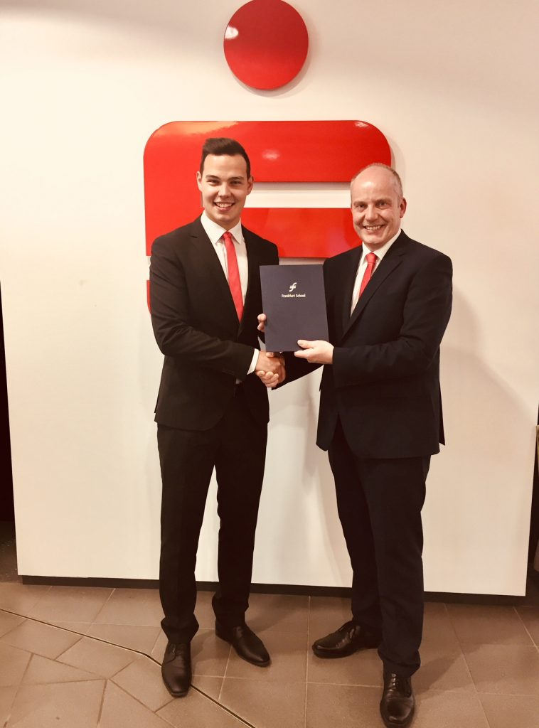 Stefan Nadicksbernd (r.) gratuliert Lars Krude zum bestandenen Bankfachwirt.