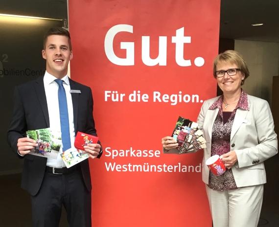 Birgit Tempelmann und ihr Kollege Lars Speckmann freuen sich über den Besuch der Einschulkinder!
