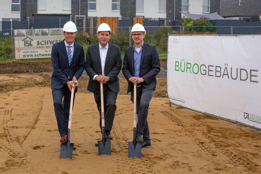 Trafen sich zum ersten Spatenstich (von links): Sparkassen-Vorstandsmitglied Dr. Raoul G. Wild, Bauherr Patrick Kruse und Architekt Jörg Hetkamp.