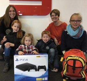Vera Giesing, Geschäftsstellenleiterin in Wessum, freut sich mit Dana und ihrer Familie über den super Gewinn