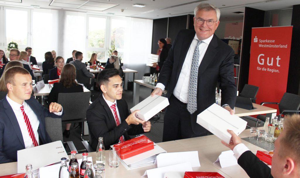 Vorstandsmitglied Jürgen Büngeler überrascht die Auszubildenden zum Start mit eigenen iPads.
