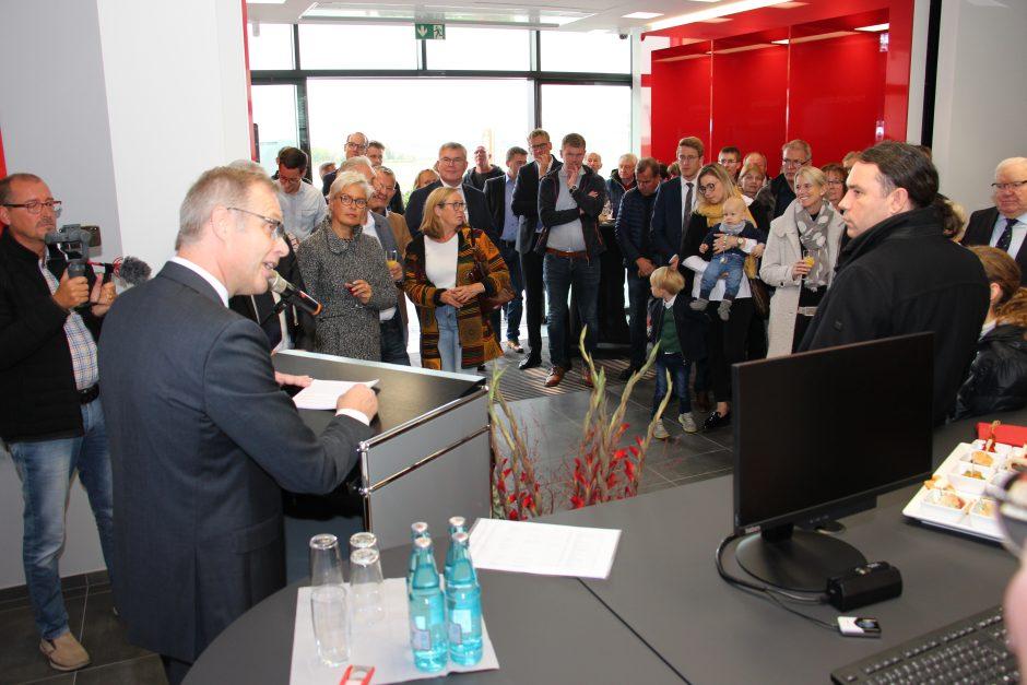Viele Besucher bei Eröffnung des Sparkassen-Beratungscenters Hovesath