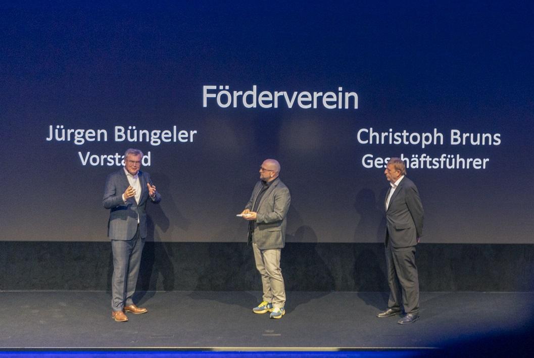 Sparkassen-Vorstandsmitglied Jürgen Büngeler (l.), Raimund Stroick der als Moderator durch den Abend führte, und Hauptgeschäftsführer Christoph Bruns sprachen den Preisträgerinnen und Preisträgern ihre Glückwünsche aus..
