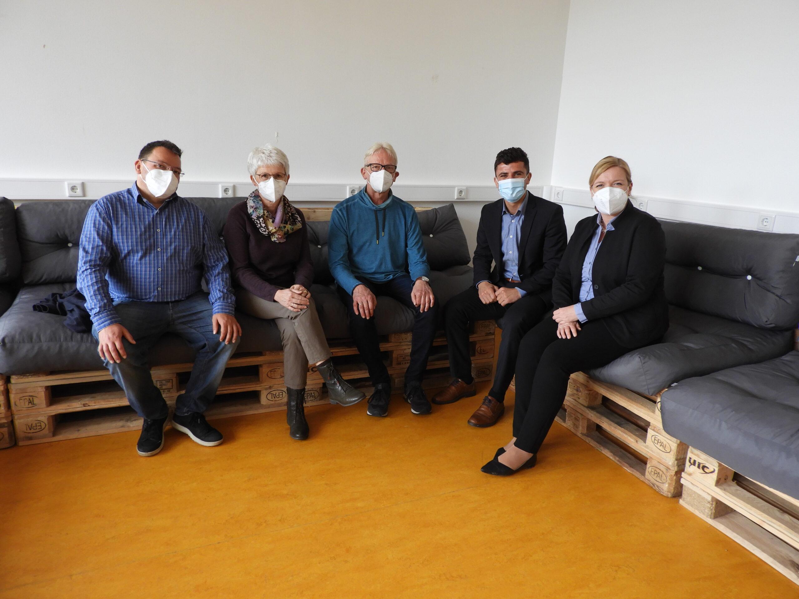 Probe-Sitzen: (v.l.) Sebastian Brandherm (Leiter der Oberstufe), Ellen Wilms (Didaktische Leiterin), Detlev Jung-Clever (Vorsitzender Förderverein), Mugdad Ismail und Anne Trepmann (beide Sparkasse Westmünsterland).