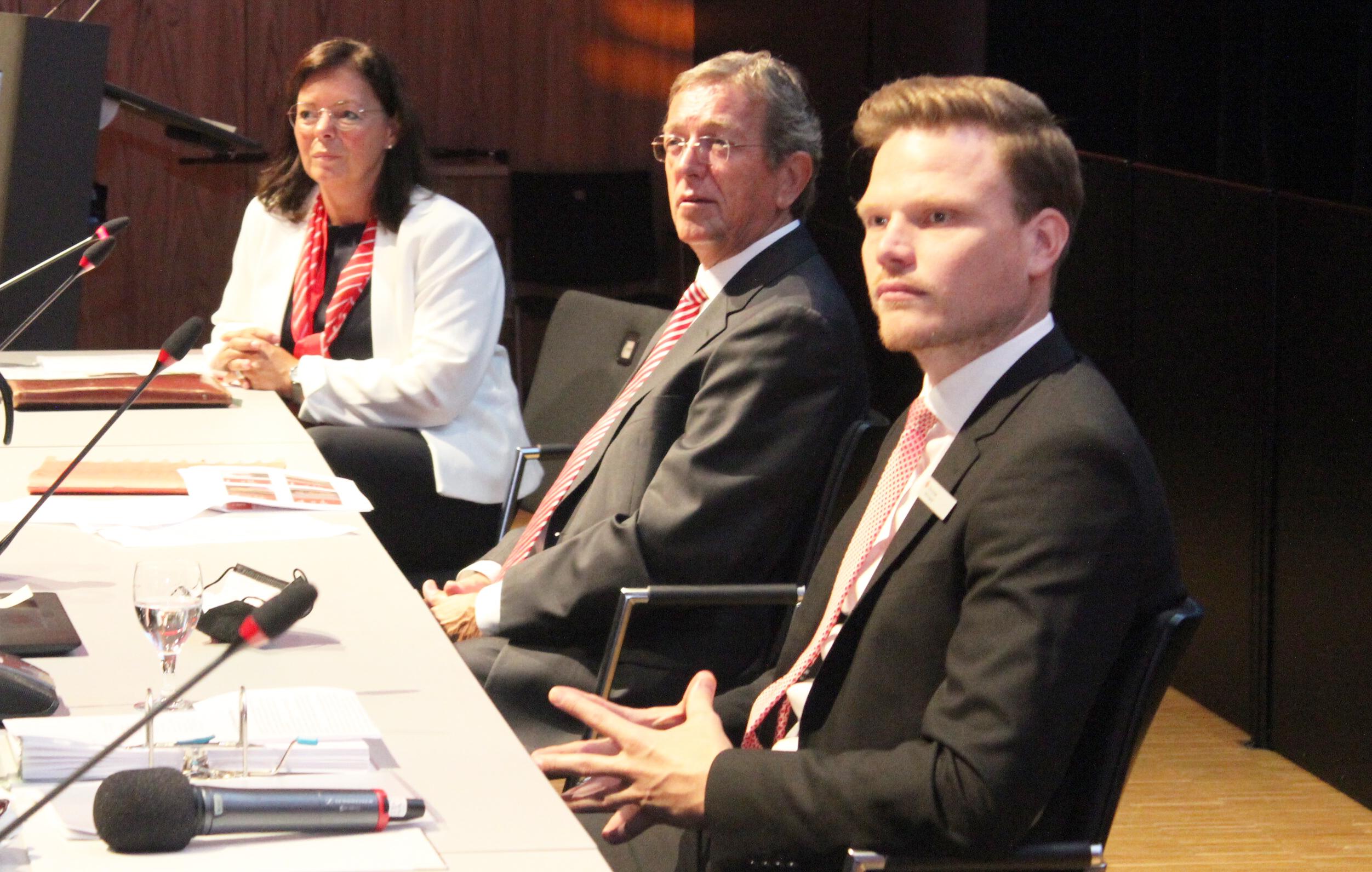 Die Leiterin Personalentwicklung Stephanie Enneper-Groten, Vorstandsvorsitzender Heinrich-Georg Krumme und Ausbildungsleiter Christian Wittland hören bei der Vorstellungsrunde der neuen Auszubildenden zu.